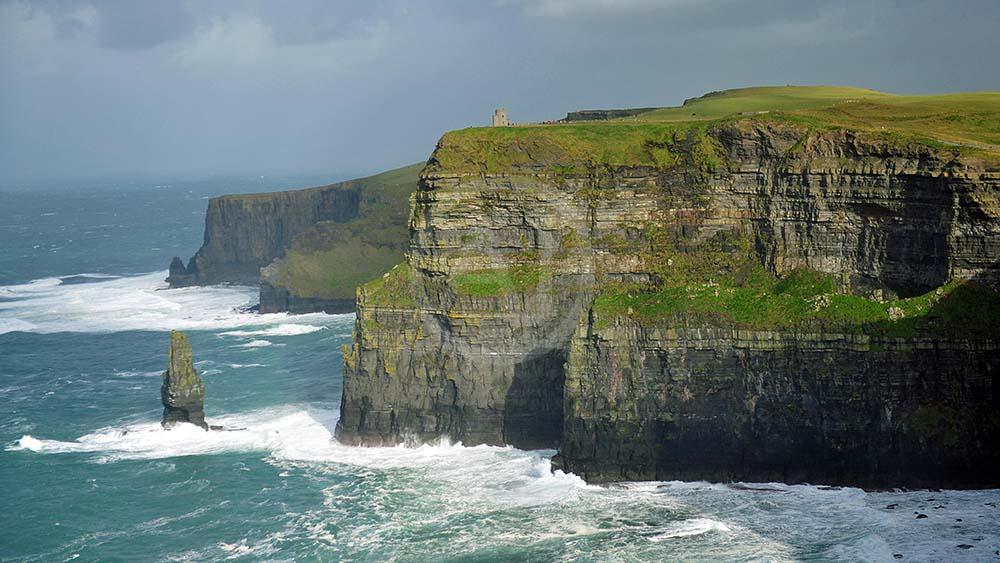 <i>Cliffs of Moher<i>