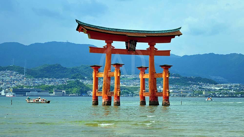 <i>Itsukushima Torii, Miyajima (Japan)<i>