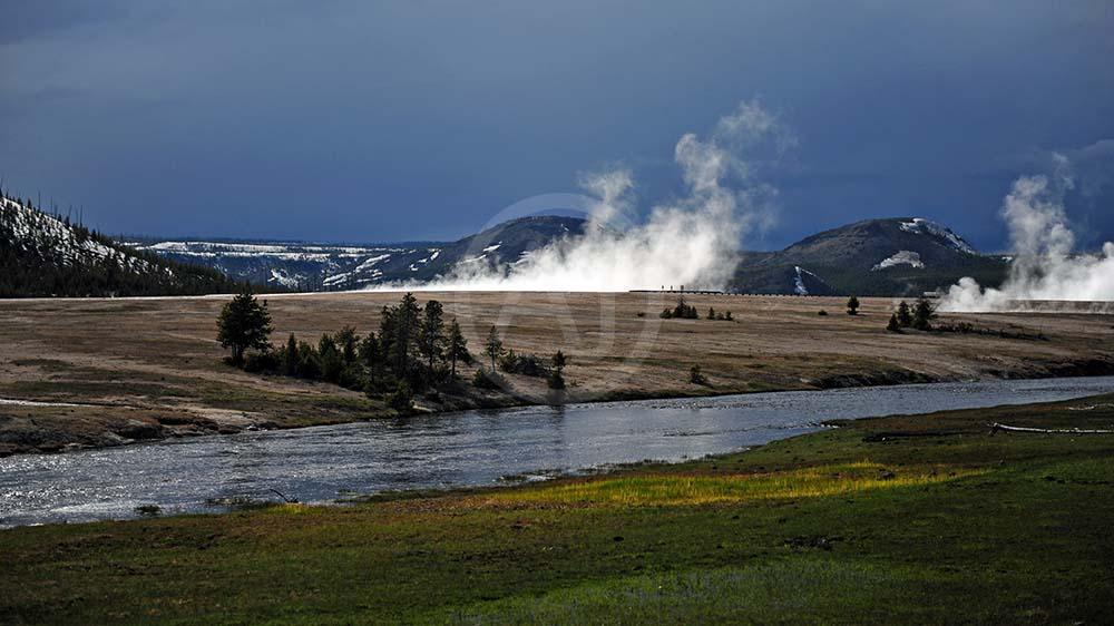 <i>Yellowstone<i>